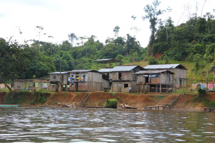 Dorf am Ufer des Rio Cayapas