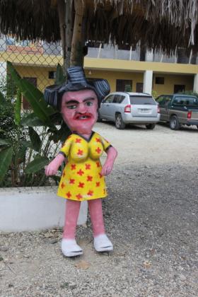 Puppe vor dem Hostal